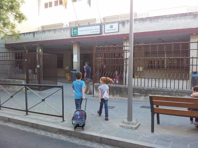 Niños llegando a un colegio de Andalucía. Imagen de archivo.