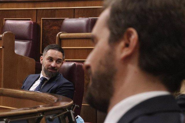 El líder de Vox, Santiago Abascal (i), y el líder del PP, Pablo Casado, durante el pleno de sesión de control al Gobierno este miércoles en el Congreso