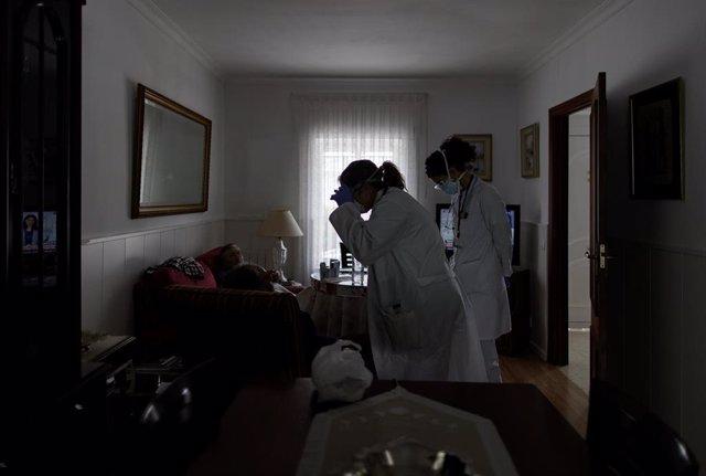 Médicos residentes atienden a domicilio a una anciana en Serranillos del Valle (Madrid) durante la pandemia de coronavirus