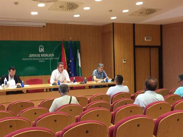 Reunión del delegado territorial de Pesca de la Junta en Huelva, Álvaro Burgos, con mariscadores