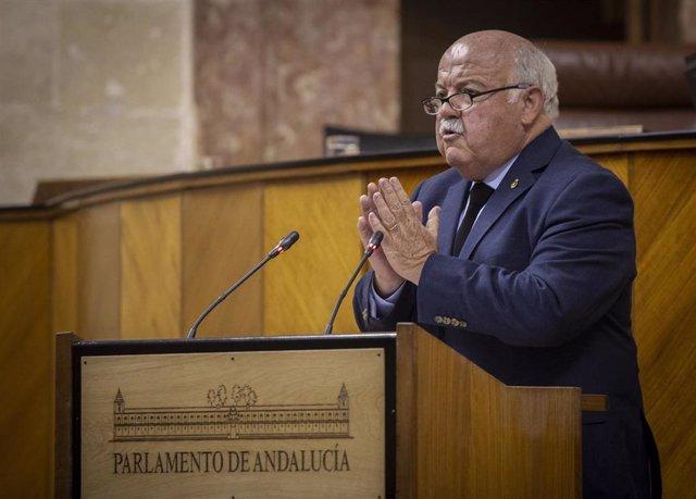 El consejero de Salud y Familias de la Junta de Andalucía, Jesús Aguirre, en el Pleno del Parlamento.