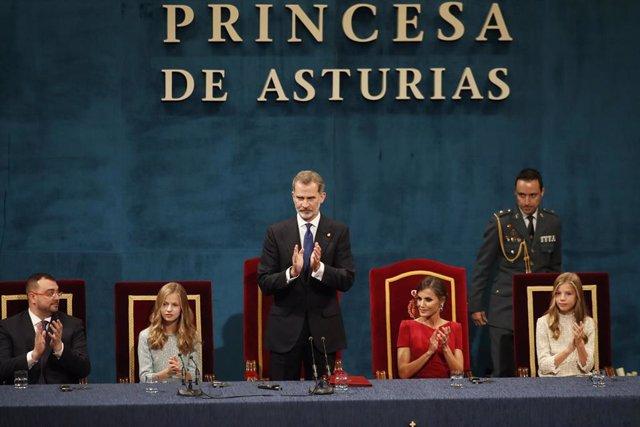 (I-D) El presidente de Asturias, Adrián Barbón, la princesa Leonor, el Rey Felipe VI, la Reina Letizia y la infanta Sofía, presiden el acto de la Ceremonia de entrega de los Premios Princesa de Asturias 2019 celebrada en el Teatro Campoamor, en Oviedo a 1