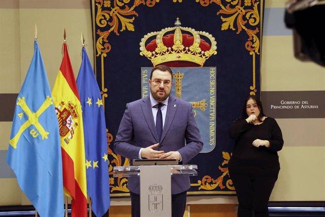 El presidente del Principado de Asturias, Adrián Barbón, que hoy ha ofrecido una rueda de prensa telemática para informar sobre la situación provocada por la crisis del coronavirus.