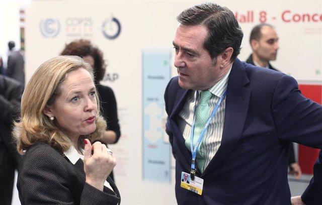 La vicepresidenta tercera del Gobierno, Nadia Calviño, con el presidente de CEOE, Antonio Garamendi, en una imagen de archivo