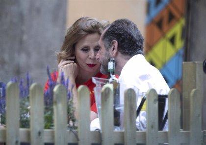 Ágatha Ruiz de la Prada y Luis Gasset presumen de su amor a plena luz del día