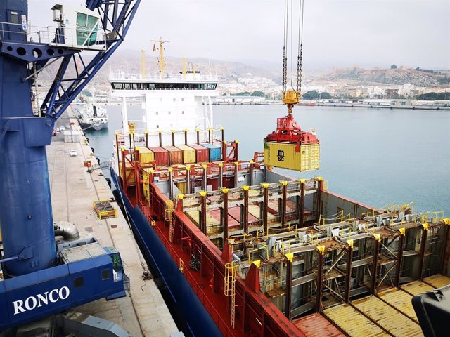 Càrrega de contenidors al buc Mistral
