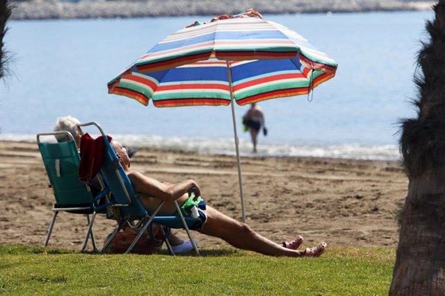 Los malagueños disfrutan de la playa durante el primer día de la Fase 2 donde ya está permitido el baño y tomar el sol en toda la Costa del Sol, en la imagen Playa de Huelín. Málaga a 01 de junio del 2020