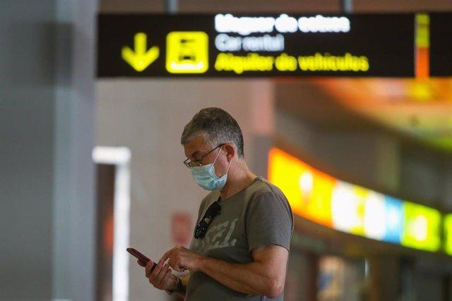 Una persona espera en el interior del aeropuerto de Manises (Valencia) la llegada del primer vuelo internacional desde que se decretó el confinamiento por la crisis sanitaria, donde la aeronave ha aterrizado unos minutos antes de las 14 horas. El vuelo LX
