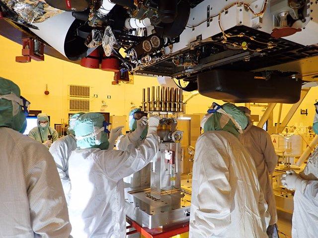 Los ingenieros y técnicos que trabajan en el equipo del rover Perseverance insertan 39 tubos de muestra en la barriga del vehículo explorador.