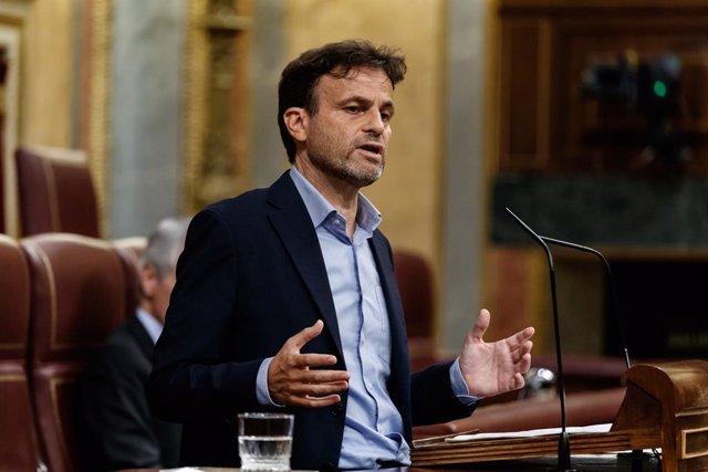 El diputat d'Unides Podem, Jaume Asens, intervé des de la tribuna durant la sessió del Congrés en la qual s'exerceix el control al Govern i es tracta la sisena pròrroga de l'estat d'alarma per la crisi del Covid-19. A Madrid, (Espanya), a 3 de juny