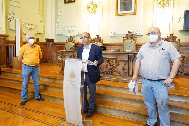 Rueda de prensa del concejal de Movilidad y Espacio Urbano de Valladolid (en el centro) sobre la campaña de aglomerado asfáltico.