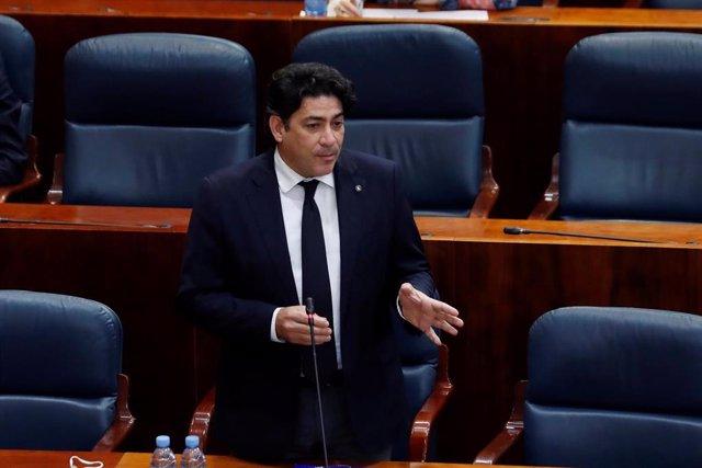 David Pérez durante su intervención en el pleno de la Asamblea de Madrid