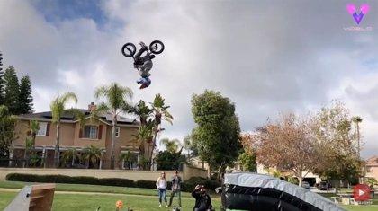 Un niño de ocho años hace una asombrosa voltereta en el aire con su bici