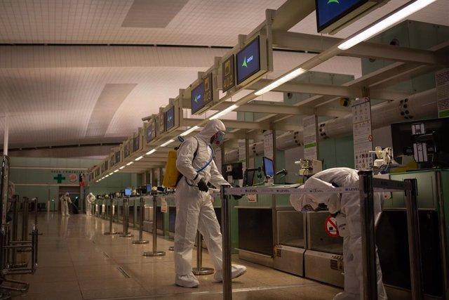 Agents de la Unitat Militar d'Emergències (UME) desinfecten l'Aeroport del Prat en el marc de l'operació de lluita contra la propagació del coronavirus, a Barcelona/Catalunya (Espanya), a 19 de març de 2020.