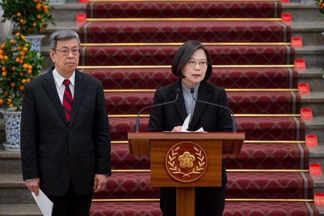 Tsai Ing Wen comparece ante la prensa junto a Chen Chien Jen