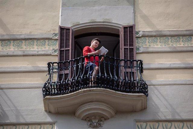 Lector en el balcón durante la Diada de Sant Jordi