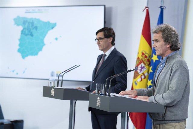 El ministre de Sanitat, Salvador Illa, i el director del Centre de Coordinació de Alertas i Emergències Sanitàries, Fernando Simón, anuncien quins territoris avancen en la desescalada, 15 de maig del 2020.