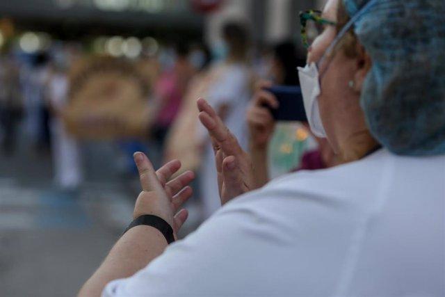 Personal sanitario del Hospital Clínico San Carlos de la Comunidad de Madrid aplaude
