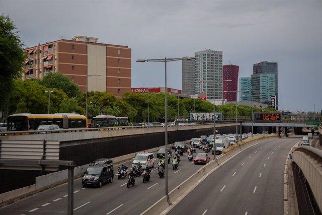 Treballadors de Nissan Motor Ibèrica, en la Zona Franca de Barcelona, al seu pas per la Gran Via de L'Hospitalet en una de les marxes lentes que s'han convocat durant el dia i que finalitzaran en l'ambaixada del Japó (Avinguda Diagonal) com a protesta per