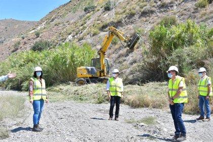 La Junta continúa en Granada con los trabajos de limpieza de cauces en la cuenca mediterránea