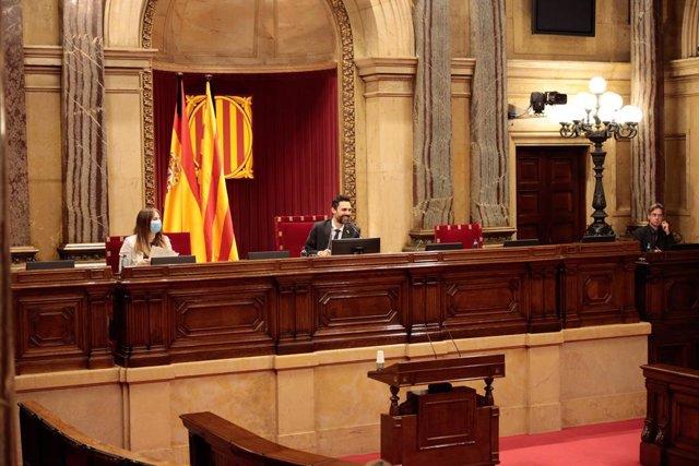 Ple del Parlament i el seu president, Roger Torrent, en la sessió del 4 de juny.