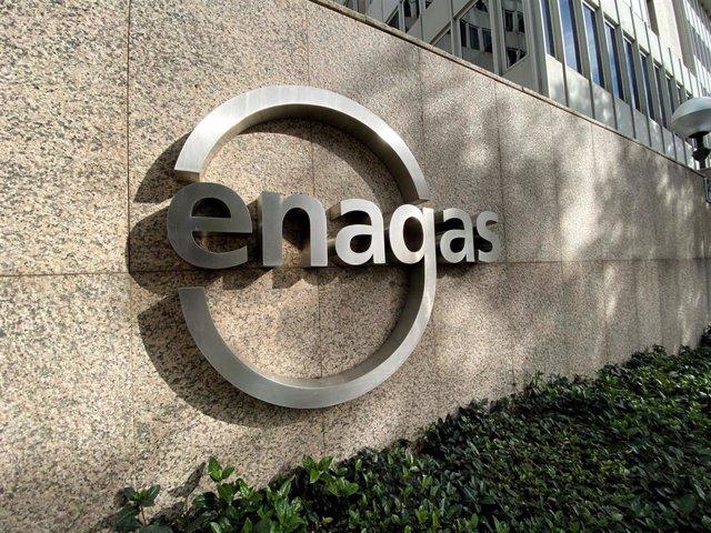 Detalle del logo de Enagás en la sede de la empresa de infraestructuras de gas natural  en Madrid