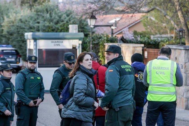 Agentes de la Guardia Civil durante un escrache de la Asociación Jusapol frente a la casa del vicepresidente el 6 de marzo