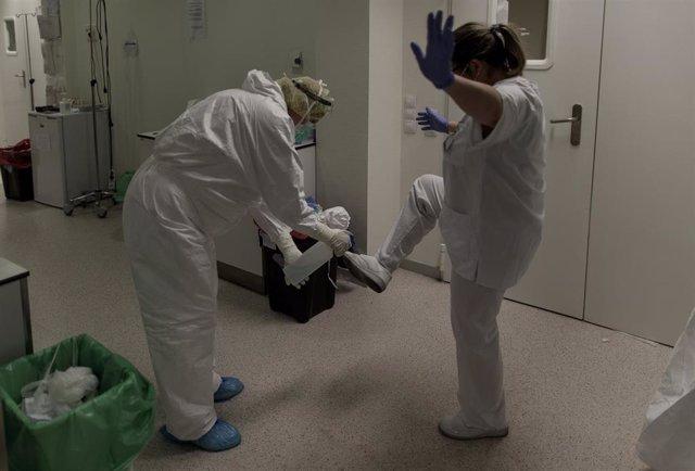 Un trabajador sanitario desinfecta a una compañera en la Unidad de Cuidados Intensivos del Hospital Infanta Sofía en San Sebastián de los Reyes (Madrid). En San Sebastián de los Reyes, Madrid, (España), a 28 de abril de 2020.