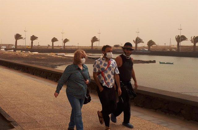 Fotografía tomada en Arrecife, Lanzarote, el 22 de febrero de 2020 durante la oleada de polvo Sahariano que afectó a Canarias el pasado mes de febrero