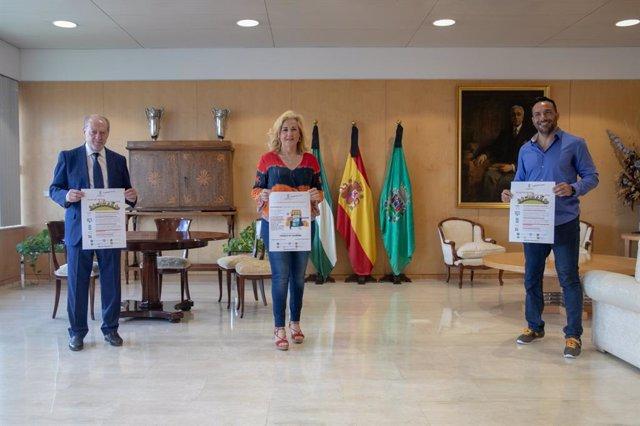 El presidente de la Diputación de Sevilla, Fernando Rodríguez Villalobos, y la alcaldesa de Castilleja de la Cuesta, Carmen Herrera, presentan, en el organismo provincial, las nuevas ayudas a autónomos.