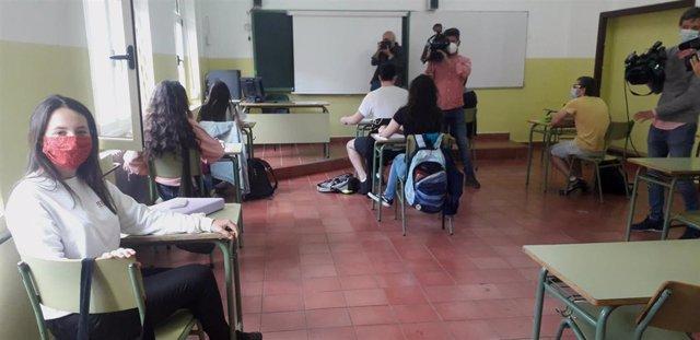 Alumnos que se reincorporan de forma voluntaria a las clases presenciales en Gijón.