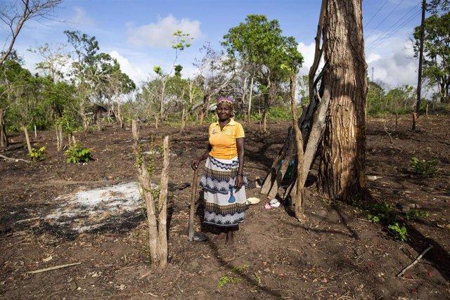 Una mujer afectada por el paso del ciclón 'Kenneth' y la violencia en Cabo Delgado (Mozambique)