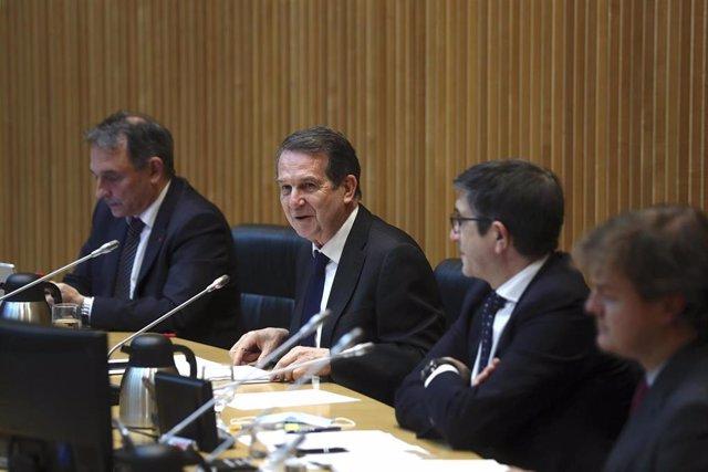 El presidente de la Federación Española de Municipios y Provincias, Abel Caballero (2d), comparece este jueves en la Comisión para la Reconstrucción Social y Económica en el Congreso de los Diputados, en Madrid (España), a 4 de mayo de 2020.