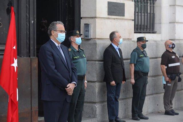 El Consejero de Educación y Juventud de la Comunidad de Madrid, Enrique Ossorio Crespo (1i), guarda un minuto de silencio junto con otras personalidades en memoria por los fallecidos por el COVID-19 en la Puerta de Sol.