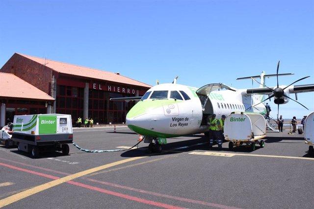 Avión de la compañía Binter Canarias en el Aeropuerto de El Hierro