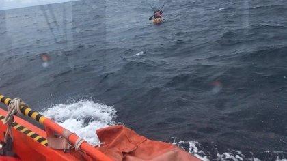 Rescatan a dos tripulantes de un kayak que no podían regresar por las condiciones de la mar