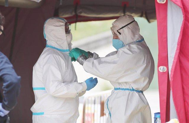 Imagen de recurso de sanitarios con equipos de protección frente a la Covid-19.