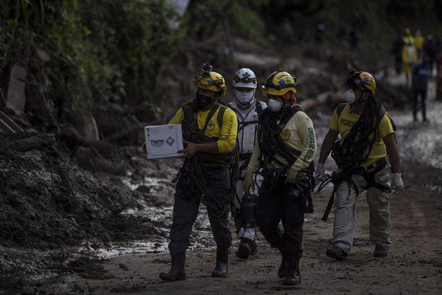 Equips de rescat busquen desapareguts després del pas d'Amanda a El Salvador.