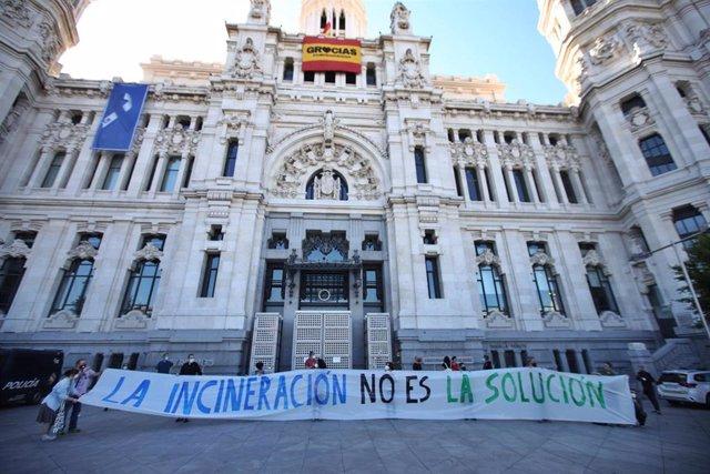 Asociaciones vecinales y ecologistas despliegan una pancarta en Cibeles para reclamar el cierre de la incineradora de Valdemingómez