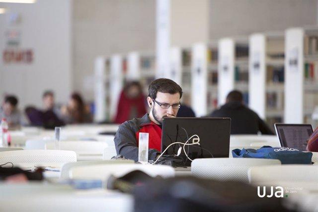 Estudiante en la biblioteca de la UJA