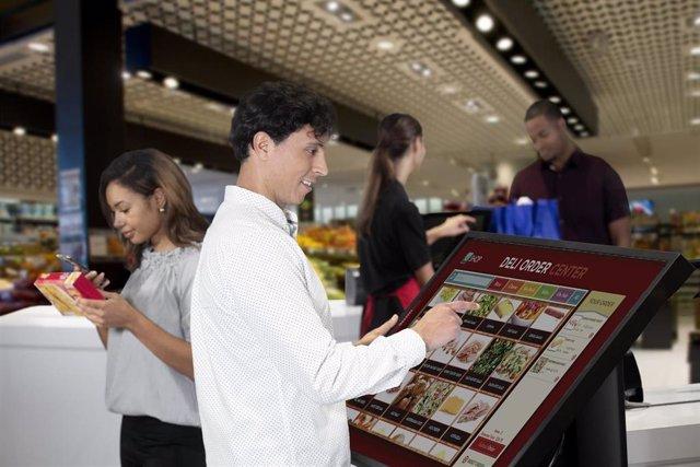 Un comprador utilizando un servicio de compra sin contacto en una tienda gracias a la tecnología