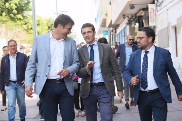 El pressidente del PP en Fuerteventura, Fernando Enseñat, con el presidente del Partido Popular, Pablo Casado, y el senador canario del PP Asier Antona