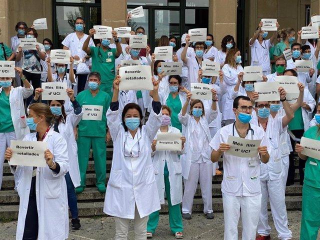 Profesionales sanitarios protestan a las puertas del Hospital Josep Trueta de Girona