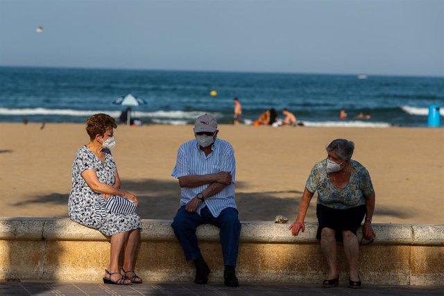 Tres ancianos descansan en el paseo marítimo de la playa de la Malvarrosa durante la fase 2 de la desescalada en la pandemia de coronavirus COVID19. En Valencia, España, a 3 de junio de 2020.