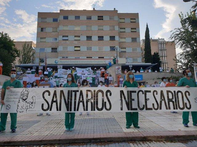 Sanitarios reivindican la sanidad pública en el Hospital Gregorio Marañón.