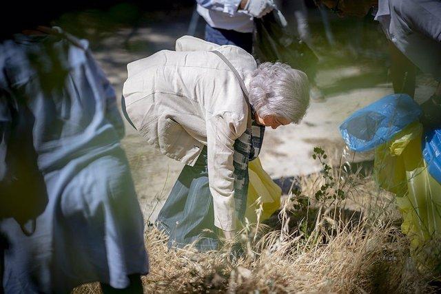 S.M. La Reina Sofía participa en una campaña de limpieza de basura en la naturaleza del Proyecto LIBERA, con Ecoembes y SEO/BirdLife.