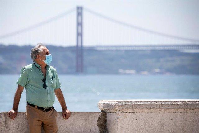 Un hombre con mascarilla en Lisboa, Portugal