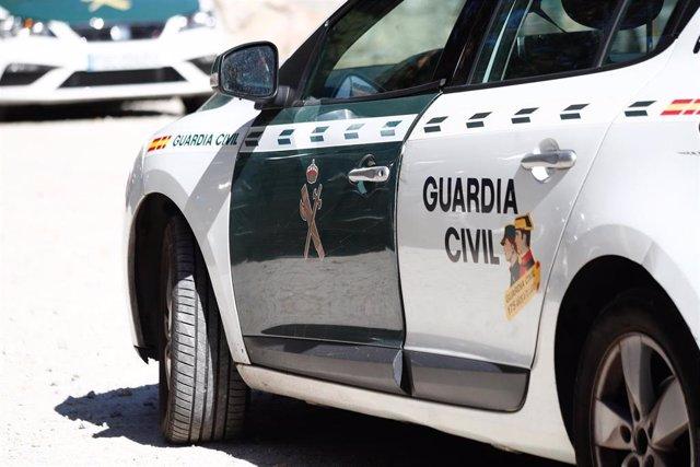 Un coche  de la Guardia Civil aparcado en las inmediaciones del Hotel Cirilo de Cercedilla, que actúa de centro base del dispositivo de búsqueda de la exesquiadora, Blanca Fernández Ochoa, desaparecida en la sierra de Madrid hace 12 días.