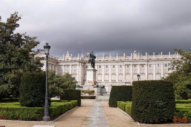 Fachada del Palacio Real durante el primer día de la cuarta semana de estado de alarma decretado por el Gobierno para combatir el coronavirus, en Madrid (España) a 6 de abril de 2020.