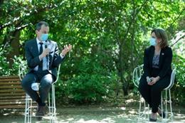 El ministro de Ciencia e Innovación, Pedro Duque, conversa con la ministra para la Transición Ecológica, Teresa Ribera sobre biodiversidad en el Real Jardín Botánico de Madrid.